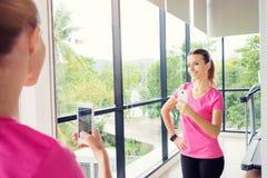 Mujer que toma el selfie en gimnasio Fotografía de archivo libre de regalías