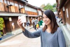 Mujer que toma el selfie en la ciudad de Kanazawa Foto de archivo libre de regalías