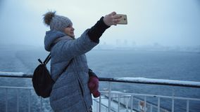 Mujer que toma el selfie en la nave fría almacen de video