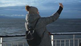 Mujer que toma el selfie en la nave fría almacen de metraje de vídeo
