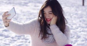 Mujer que toma el selfie en nieve almacen de metraje de vídeo