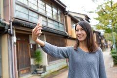 Mujer que toma el selfie por el teléfono móvil Imagen de archivo libre de regalías