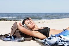 Mujer que toma el sol Imagen de archivo libre de regalías