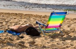Mujer que toma el sol en la playa 2 Imagenes de archivo