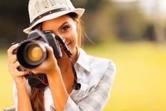 Mujer que toma imágenes Fotografía de archivo libre de regalías