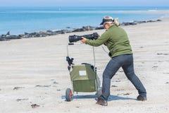 Mujer que toma imágenes de sellos en la playa de la duna de la isla Imagenes de archivo
