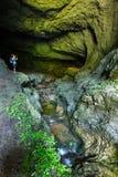 Mujer que toma imágenes en una cueva Fotografía de archivo libre de regalías