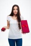Mujer que toma la decisión entre dos cajas de regalo Fotografía de archivo