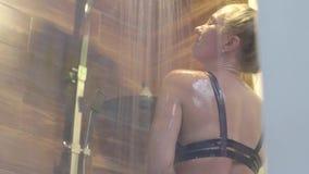 Mujer que toma la ducha almacen de metraje de vídeo