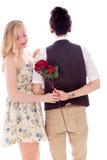 Mujer que toma la flor desde detrás de su socio lesbiano Imagen de archivo libre de regalías