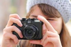 Mujer que toma la foto Foto de archivo