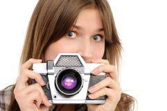Mujer que toma la foto con la cámara de la vendimia Fotografía de archivo libre de regalías