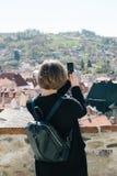 Mujer que toma la foto con smartphone Foto de archivo