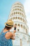 Mujer que toma la foto de la torre inclinada de Pisa Fotografía de archivo