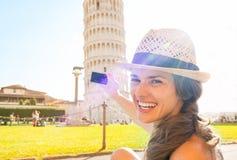 Mujer que toma la foto de la torre inclinada de Pisa Fotos de archivo libres de regalías