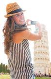 Mujer que toma la foto de la torre inclinada de Pisa, tusca Imagen de archivo