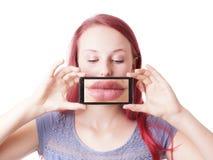 Mujer que toma la foto de sus propios labios Fotos de archivo