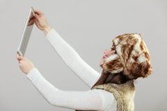 Mujer que toma la foto del selfie Foto de archivo libre de regalías