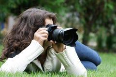 Mujer que toma la foto en fondo natural Fotos de archivo libres de regalías