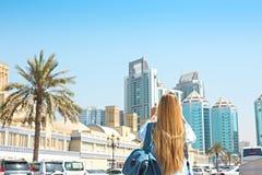 Mujer que toma la foto móvil del Souq central en la ciudad de Sharja, U fotos de archivo