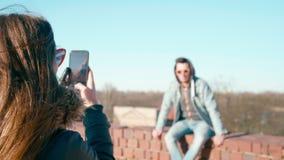 Mujer que toma la imagen del hombre joven en la ciudad vieja en Sunny Springtime Day almacen de video