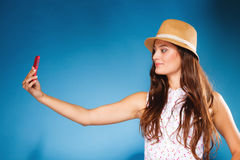Mujer que toma la imagen del uno mismo con la cámara del smartphone Fotografía de archivo