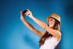 Mujer que toma la imagen del uno mismo con la cámara del smartphone Imagen de archivo