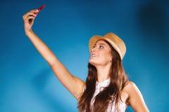 Mujer que toma la imagen del uno mismo con la cámara del smartphone Imagen de archivo libre de regalías