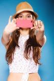 Mujer que toma la imagen del uno mismo con la cámara del smartphone Imagenes de archivo