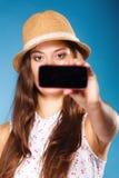 Mujer que toma la imagen del uno mismo con la cámara del smartphone Foto de archivo