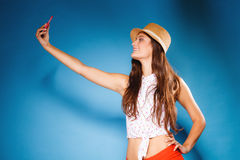 Mujer que toma la imagen del uno mismo con la cámara del smartphone Fotos de archivo libres de regalías
