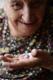 Mujer que toma la píldora Imagen de archivo
