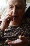 Mujer que toma la píldora Imagen de archivo libre de regalías