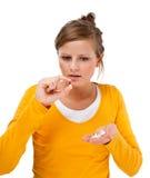 Mujer que toma la píldora Foto de archivo libre de regalías