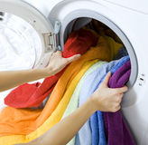 Mujer que toma la ropa de la lavadora fotografía de archivo libre de regalías