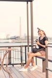 Mujer que toma las fotos con la cámara retra de la película, aventura Hango de la muchacha Fotos de archivo libres de regalías