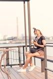 Mujer que toma las fotos con la cámara retra de la película, aventura Hango de la muchacha Imágenes de archivo libres de regalías