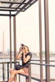 Mujer que toma las fotos con la cámara retra de la película, aventura Hango de la muchacha Fotografía de archivo