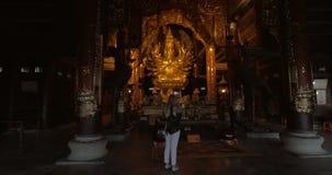 Mujer que toma las fotos de la estatua en Bai Dinh Buddhist Temple, Vietnam almacen de video