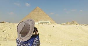 Mujer que toma las fotos de la gran pirámide de Giza almacen de video