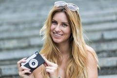 Mujer que toma las fotos durante verano Fotografía de archivo libre de regalías