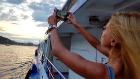 Mujer que toma las fotos en smartphone almacen de metraje de vídeo