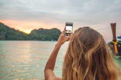 Mujer que toma las fotos en Tailandia Imagen de archivo libre de regalías