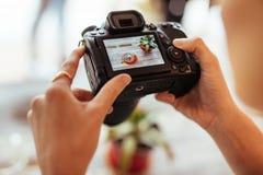 Mujer que toma las fotos para su blog de la comida foto de archivo