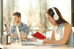 Mujer que toma notas en orden del día y ordenador portátil Imagen de archivo libre de regalías