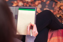 Mujer que toma notas en un cojín fotografía de archivo