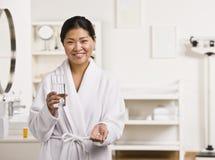 Mujer que toma píldoras Foto de archivo libre de regalías