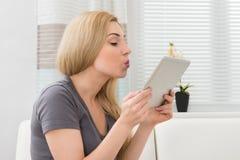 Mujer que toma Selfie con la tableta de Digitaces Fotos de archivo