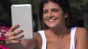Mujer que toma Selfie usando la tableta almacen de metraje de vídeo