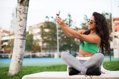 Mujer que toma selfies Imagenes de archivo